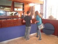 Članovi novinarske radionice na Novigradskom proljeću uputili su se prema hotelu Laguna s namjerom da intervjuiraju njegovo osoblje.